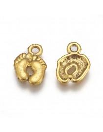 Sendinto aukso spalvos pakabukas, pėdos, be švino ir kadmio, matmenys: 14mm ilgio, 10mm pločio, 2mm storio, skylė: 2mm; 4vnt./pa
