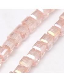 Stiklo karoliukai, briaunuoti, kubo formos, rausvi su veidrodiniu efektu, matmenys: 4x4x4mm, skylė: 1mm; ~98vnt. gijoje
