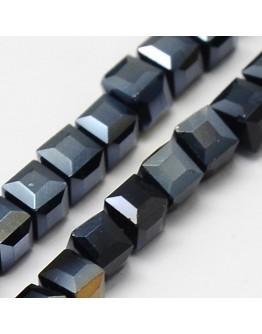 Stiklo karoliukai, briaunuoti, kubo formos, juodi su veidrodiniu efektu, matmenys: 4x4x4mm, skylė: 1mm; ~98vnt. gijoje