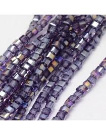 Stiklo karoliukai, briaunuoti, kubo formos, violetiniai su veidrodiniu efektu, matmenys: 4x4x4mm, skylė: 1mm; ~98vnt. gijoje