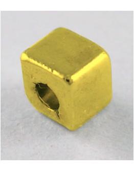 Sendinto aukso spalvos intarpai,be švino ir kadmio, kubo formos, matmenys: apie 3x3x3mm, skylė: 1mm; 10 vnt./pak.