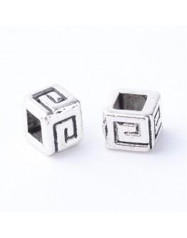 Sendinto sidabro spalvos intarpai, kubo formos, be kadmio ir švino, matmenys: ~ 4.5x 4.5mm, 4mm storio, skylė: 2x2mm; 10 vnt./pa