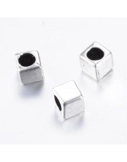 Sendinto sidabro spalvos intarpai, kubo formos, be kadmio ir švino, matmenys: ~4x4x4mm, skylė: 2.5mm; 10 vnt./pak.