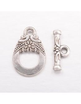 Sendinto sidabro spalvos užsegimas, be švino ir kadmio, matmenys: 1.1cm pločio, 1.9cm ilgio, skylė: apie 1.8mm