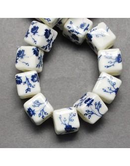 Rankų darbo keramikos karoliukai, kubo formos, baltos spalvos su mėlynomis gėlėmis, matmenys: 10x10x10mm, skylė: 4mm
