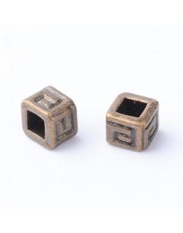 Sendinto vario spalvos intarpai, kubo formos, be kadmio ir švino, matmenys: ~ 4.5mm ilgio, 4.5mm pločio, 4mm storio, skylė: 2x2m