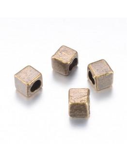 Žalvario spalvos intarpai, kubo formos,be kadmio, nikelio ir švino, matmenys: 4x4x4mm, skylė: 2.5mm; 10vnt./pack.